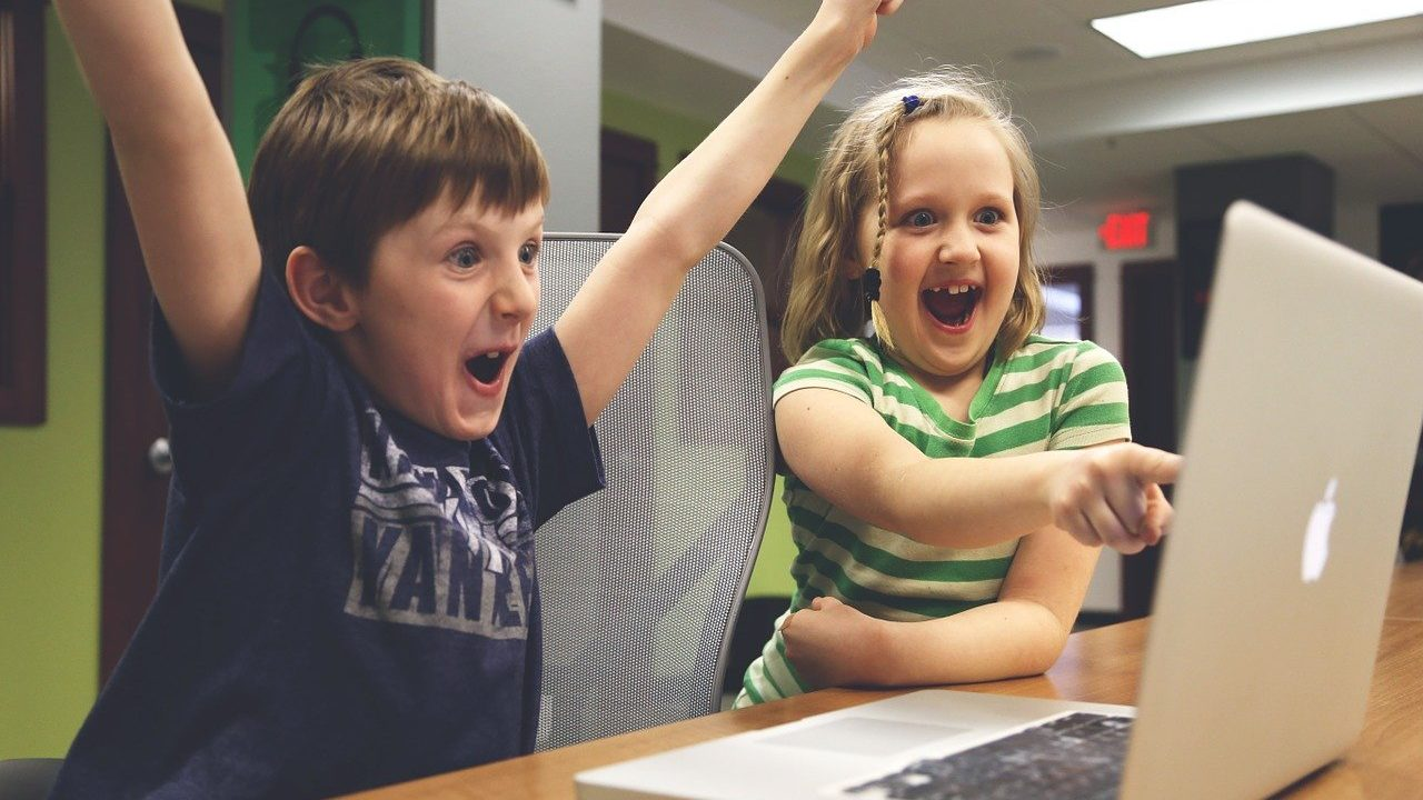 子どもが動画を観て喜んでいる