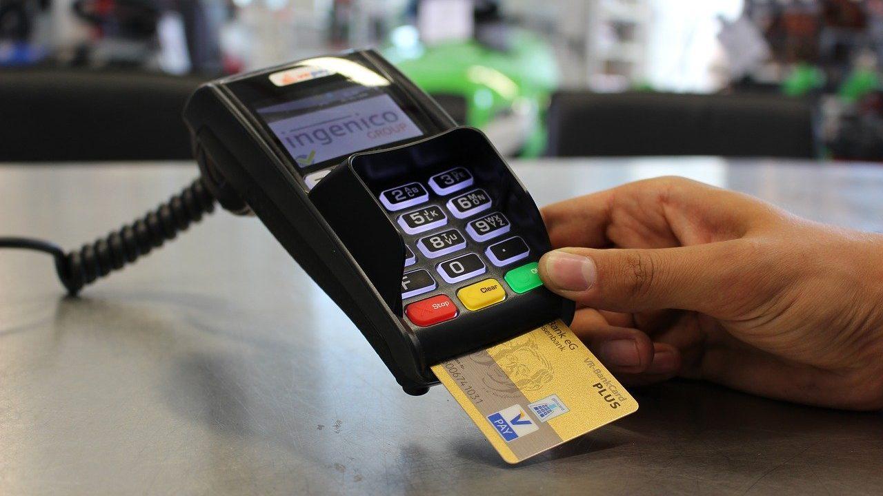 クレジットカードで支払いをしている