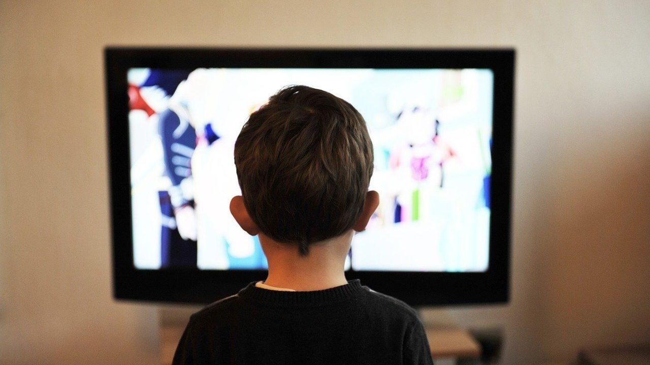テレビを観ている少年