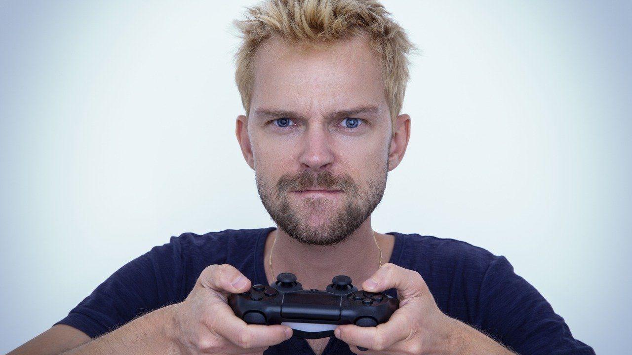 PS4を使っている男性