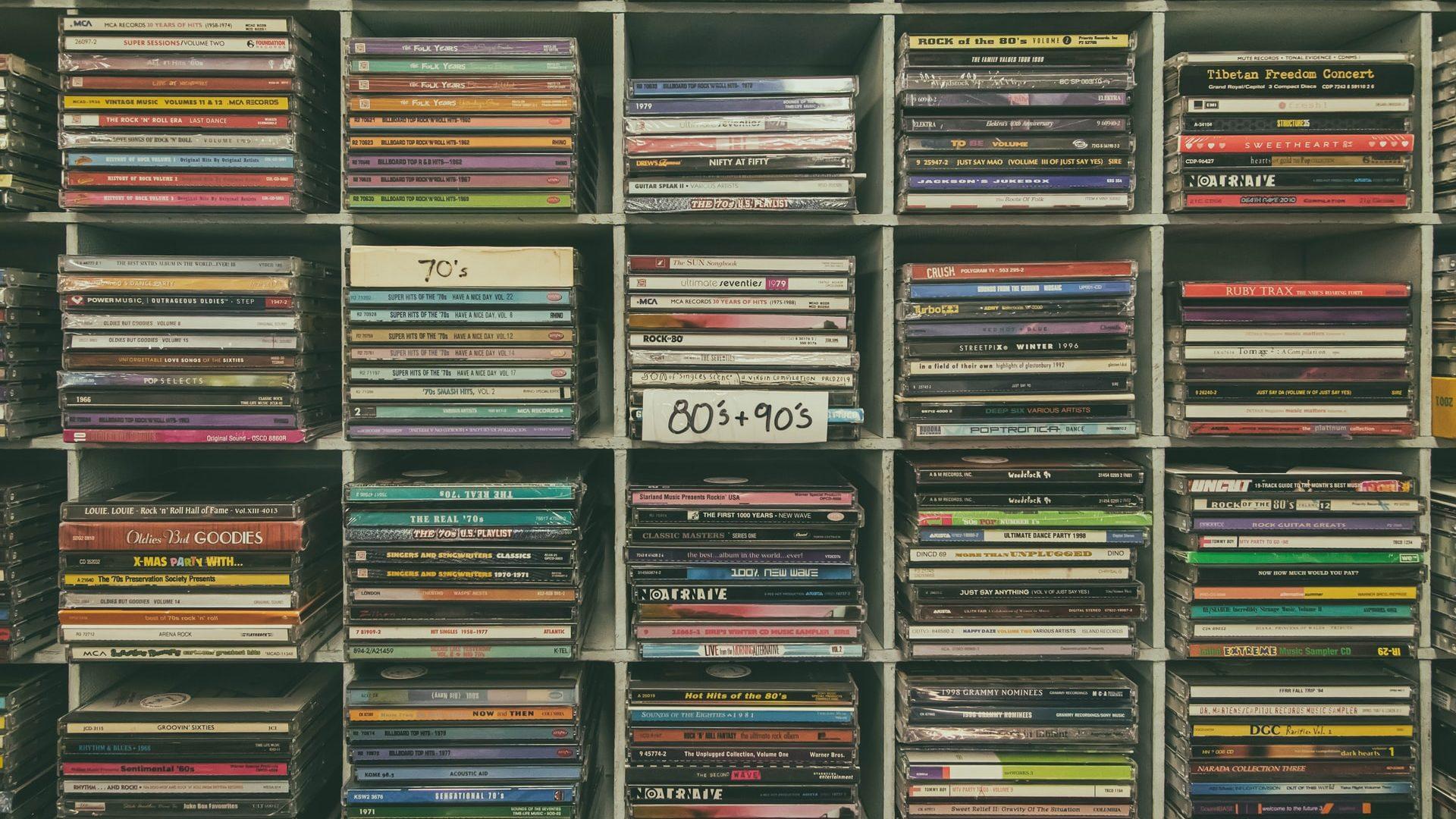 DVDがたくさん並んでいる