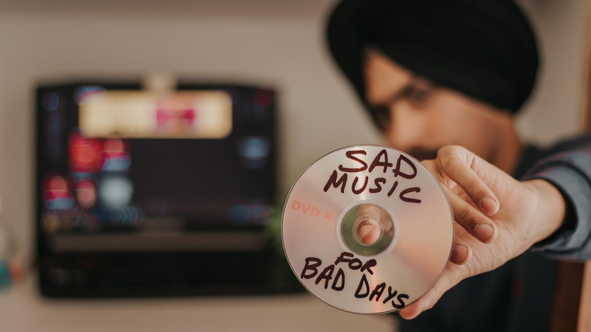 DVDのレンタル作品を見せつけている