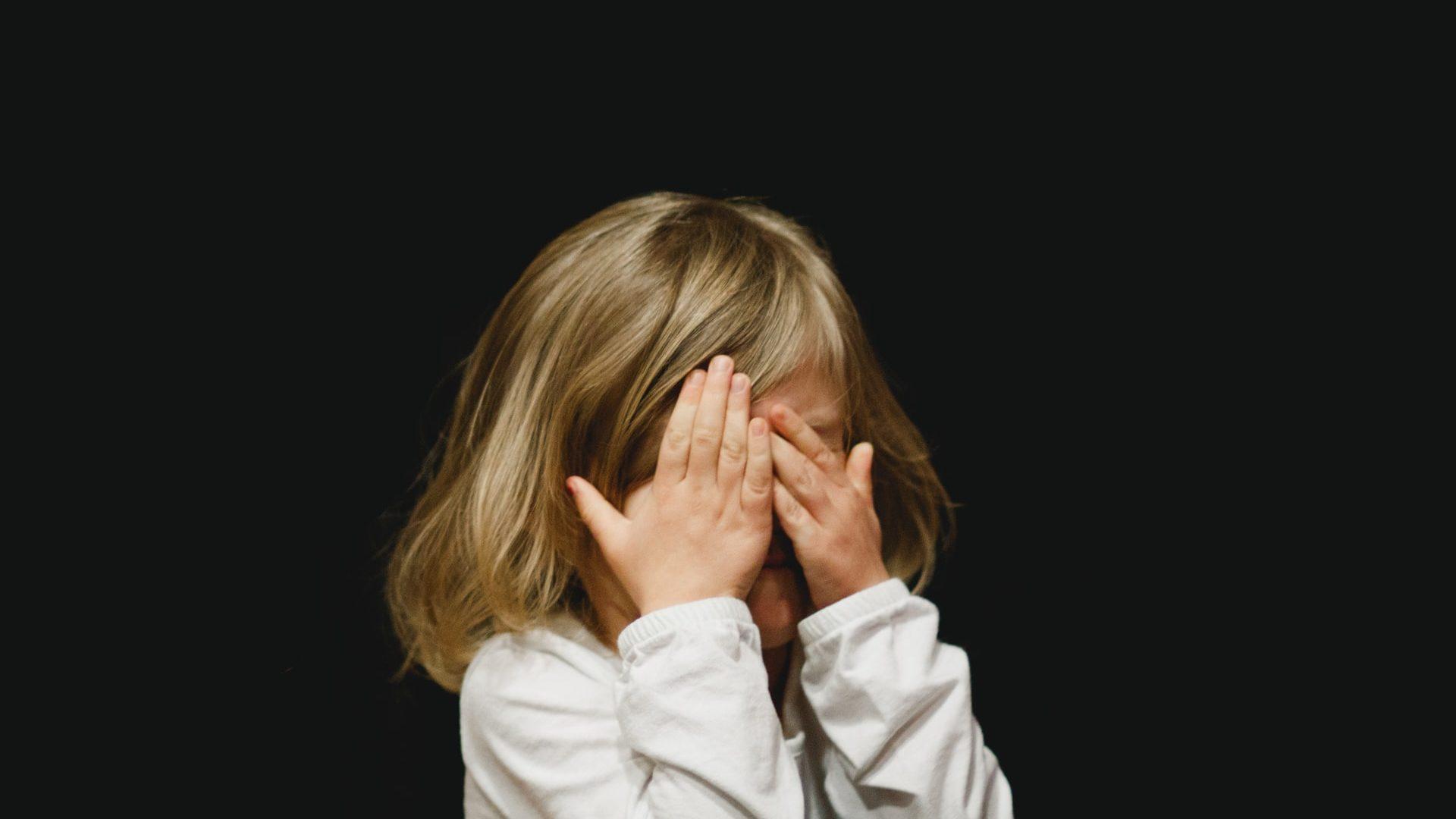 女の子が泣いている
