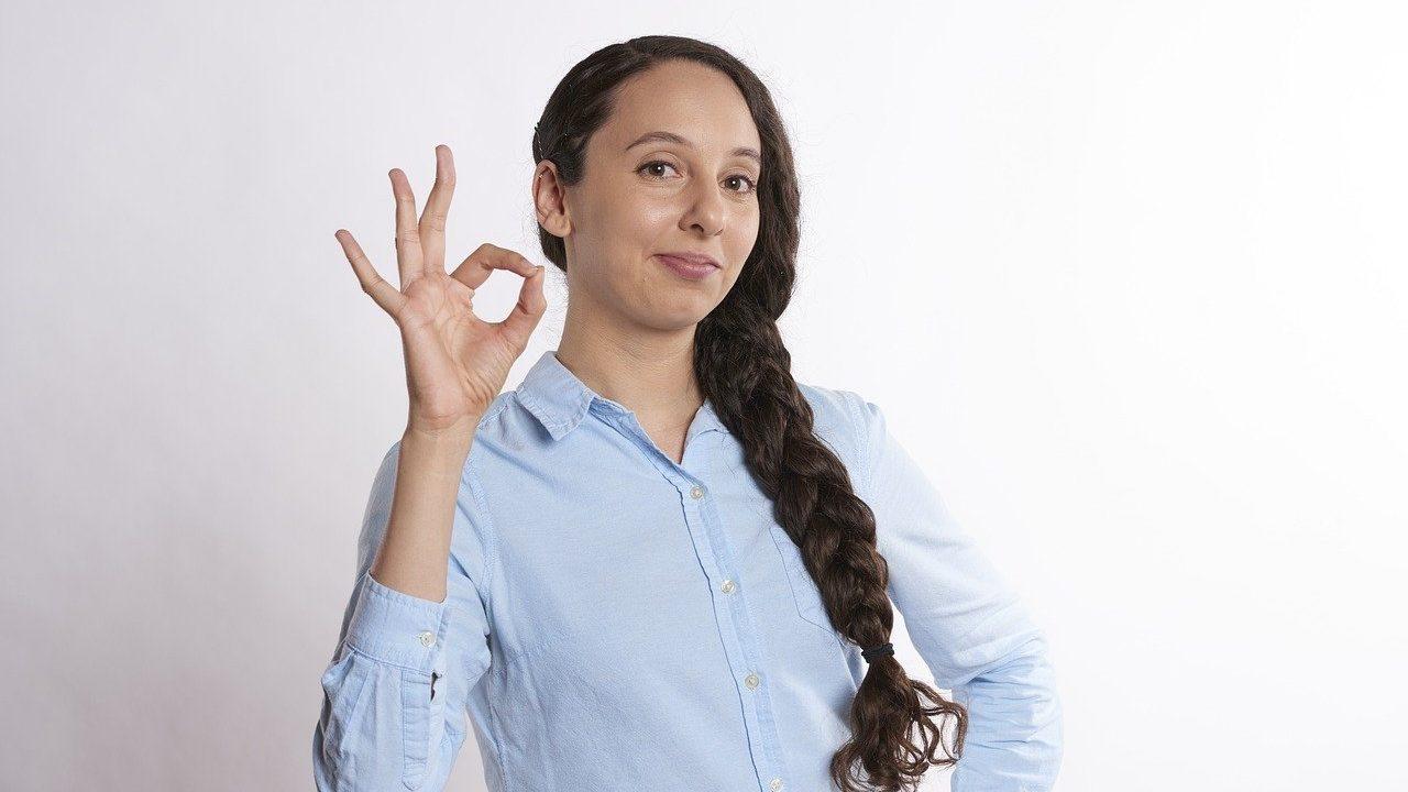 OKサインをしている女性